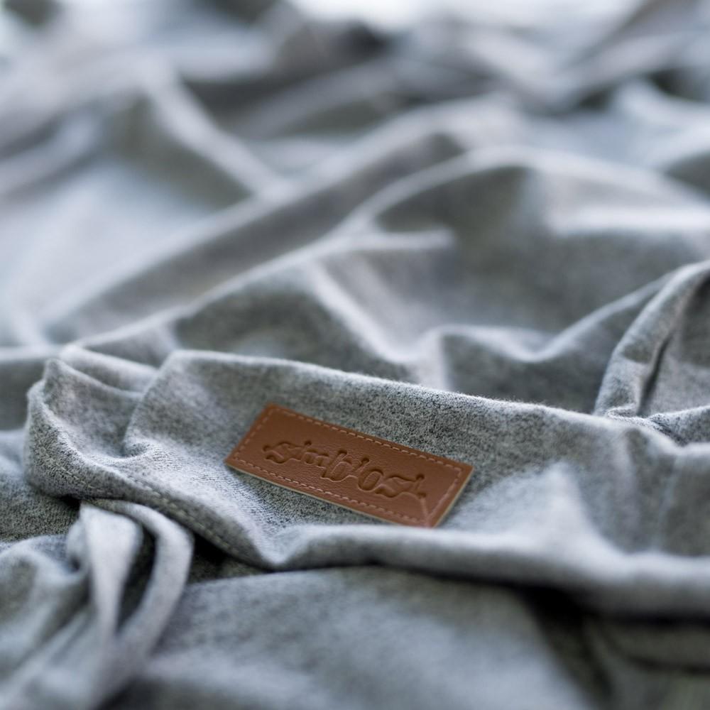 blusa minimal cinza